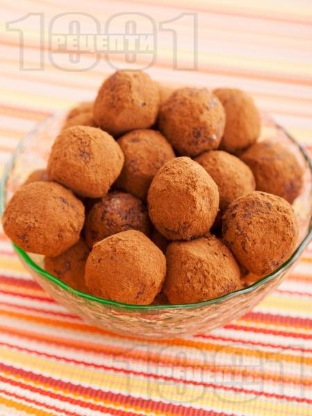 Трюфели от сушени плодове (кайсии, фурми, стафиди) с орехи и какао за десерт - снимка на рецептата